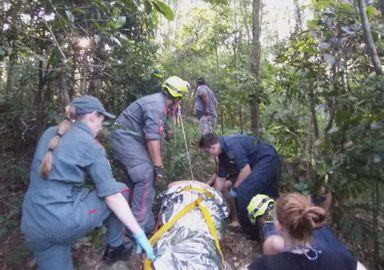 Mulher cai de aproximadamente 20 metros em trilha no Oeste