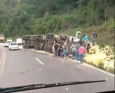 Acidente envolvendo carreta e veículos é registrado na BR-282 em Catanduvas