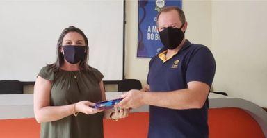 Funcionários da Celesc entregam kits de material escolar em Herval d´Oeste