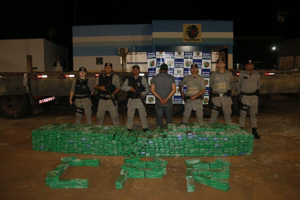 Policiais do COD encontram uma tonelada de maconha em carreta