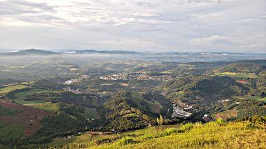 Umas das mais belas vistas da região está no topo do Morro Agudo. (Foto: Portal Éder Luiz)