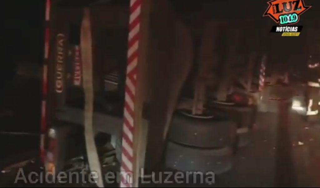 Carreta tomba e derruba poste em Luzerna