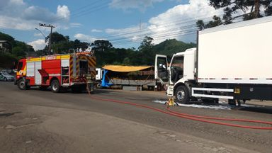 Bombeiros combatem incêndio em caminhão em Joaçaba