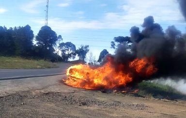 Veículo fica destruído após pegar fogo na BR-282