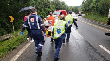 Motorista fica ferido após bater o carro contra proteção lateral na BR-282 em Joaçaba