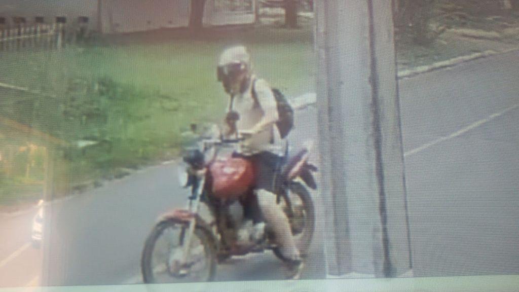 imagem mostra o ladrão com a moto furtada.
