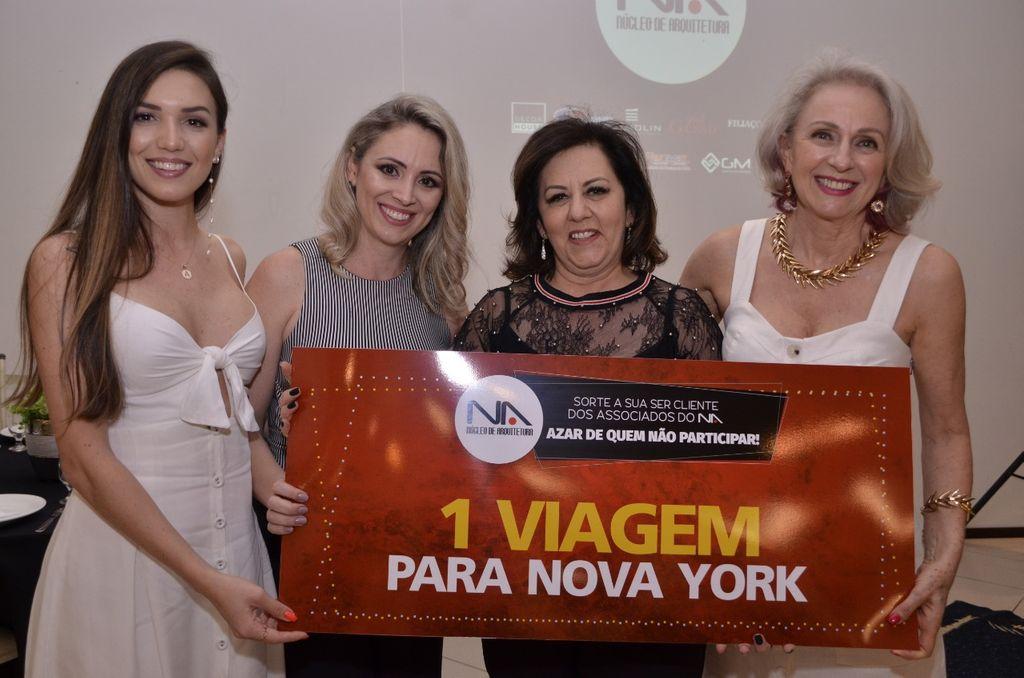Representantes da DECORHOUSE entregando o prêmio de 1º lugar - Viagem para Nova Iorque - Marlene Obojes