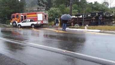 Caminhão graneleiro tomba na SC-355 e deixa mulher presa às ferragens