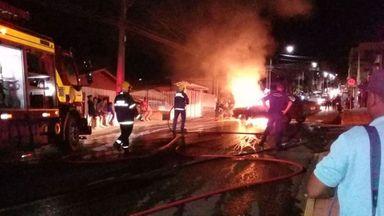 Imagens enviadas por leitores mostram o incêndio.