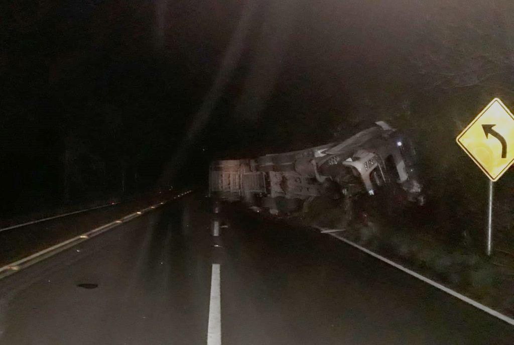 Caminhão tomba na SC 355 em Lebon Régis