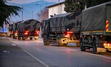 Caminhões das forças armadas italianas retiram caixões da cidade de Bérgamo, na Itália,