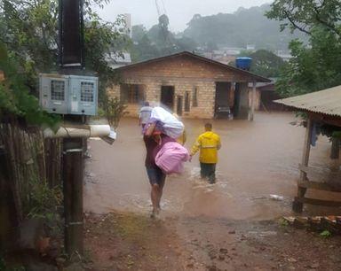 Em Ponte Serrada as famílias estão deixando suas casas. (Fotos; Corpo de Bombeiros)