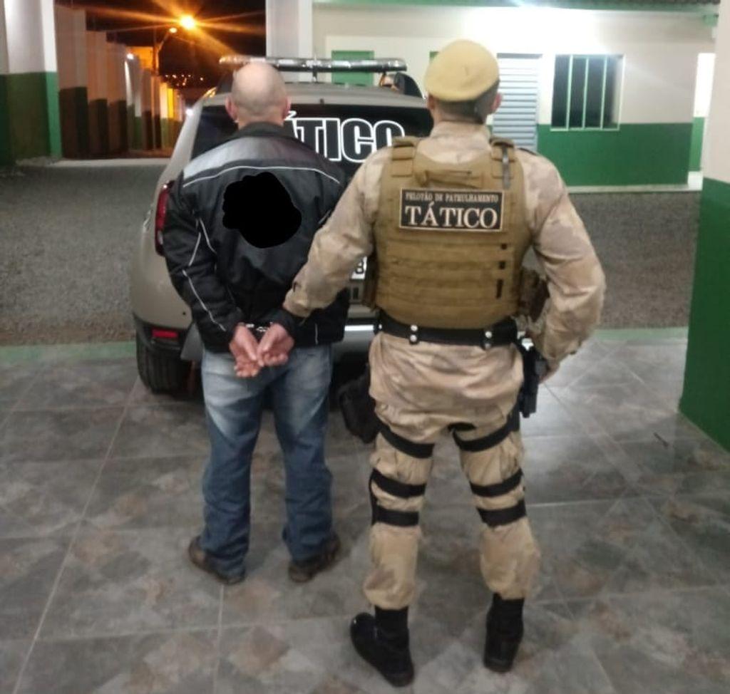 Homem com mandado de prisão por roubo é preso em Joaçaba