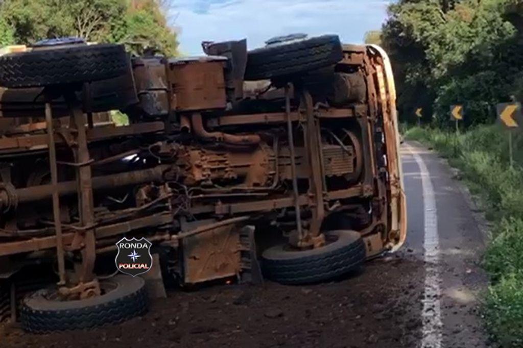 Caminhão tomba e deixa motorista ferido na BR-282