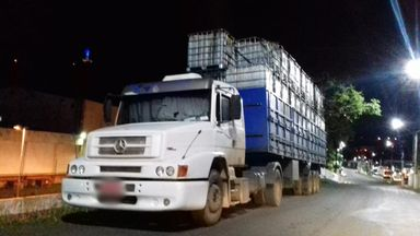 Caminhão com excesso de carga danifica fiação elétrica