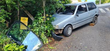 Motorista quase bate contra casa, deixa carona ferida e foge do local