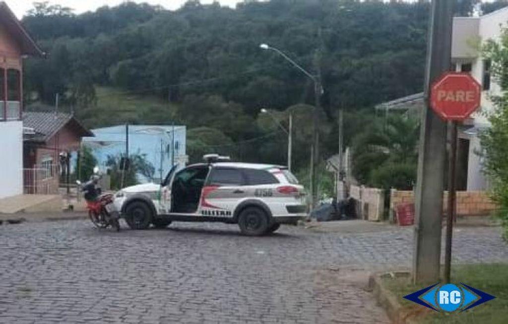 Motociclista não habilitada corta preferencial e colide em viatura policial em Zortéa