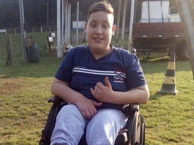 Menino de Herval d'Oeste precisa de cadeira de rodas