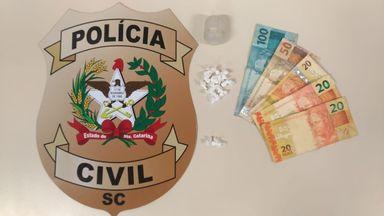 Homem é preso por tráfico de drogas na Rua São Paulo, em Herval