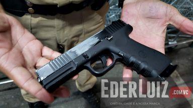 Arma usada pelo rapaz imita uma de verdade.