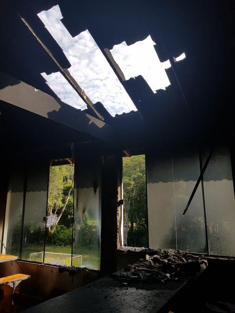 Parte da estrutura do local que foi atingida pelo fogo