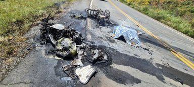 Motociclistas morrem após motos colidirem e pegarem fogo na Serra Catarinense