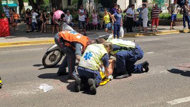 Motociclista fica ferida em acidente no Centro de Joaçaba