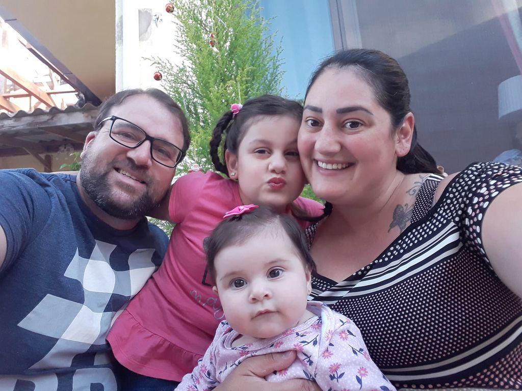 Viviani, o esposo Rodrigo e as filhas. (Foto: Rede social)