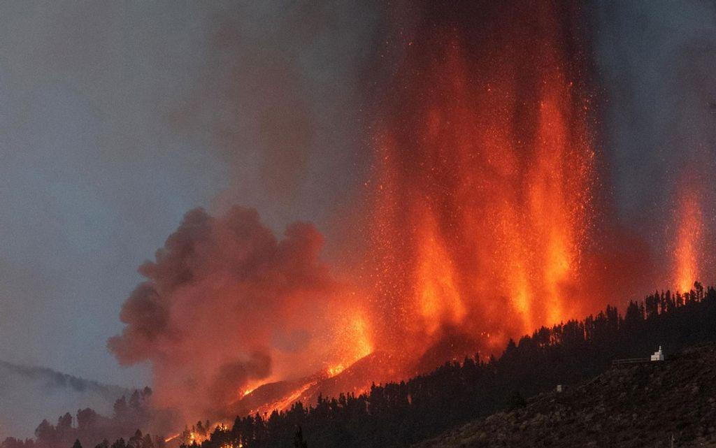 Lava é expelida de vulcão no parque nacional Cumbre Vieja em El Paso, na ilha de La Palma, no domingo (19) — Foto: Desiree Martin/AFP