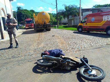 Motociclista morre ao parar embaixo de caminhão após acidente
