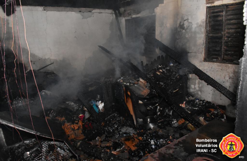 Residência atingida pelo fogo