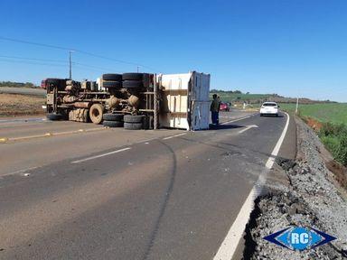 Caminhão tomba na SC-467