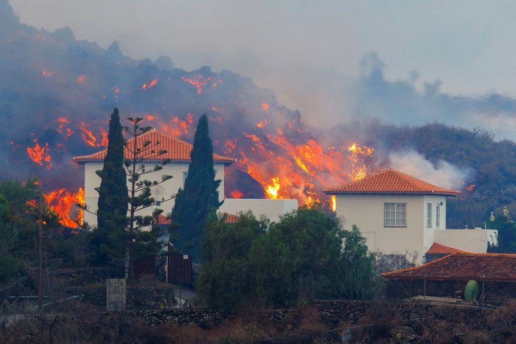 Lava passa perto de casa na ilha de Las Palmas, no arquipélago das Canárias, em 20 de setembro de 2021 — Foto: Borja Suarez/Reuters