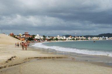 Policiais de folga salvam criança que se afogou em praia de Florianópolis