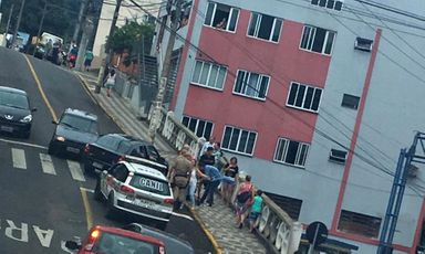 A Polícia Militar encontrou a vítima caída no local. (Foto enviada ao Portal Éder Luiz por leitor)