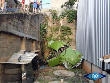 Carro desanda e despenca de muro de aproximadamente 4 metros em Capinzal