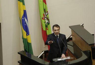 Carlos Moisés faz o juramento instantes antes da posse como governador de Santa Catarina(Foto: Diorgenes Pandini)