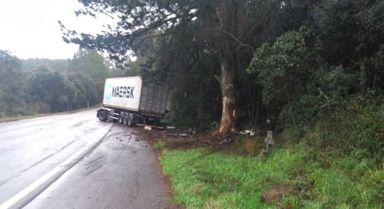 Carreta contêiner se envolve em acidente na BR-470