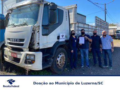 Luzerna recebe um caminhão e quatro veículos apreendidos pela Receita Federal