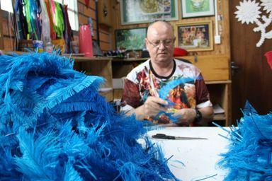 Carlos Fett no ateliê da Aliança. (Arquivo Portal Éder Luiz)