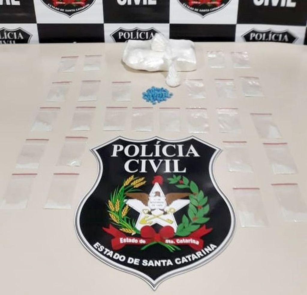 Polícia Civil prende três pessoas e apreende drogas em Herval d'Oeste e Erval Velho