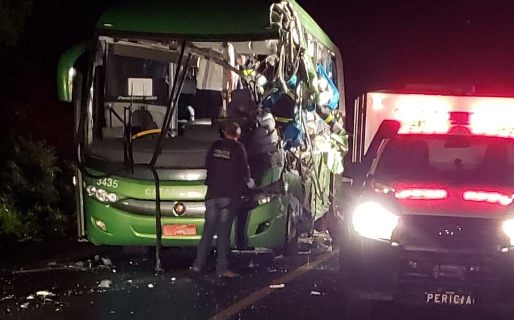 Motorista do caminhão envolvido no acidente com ônibus que matou 5 pessoas estava bêbado