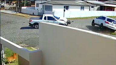 Assista! Câmera flagra colisão violenta entre veículos