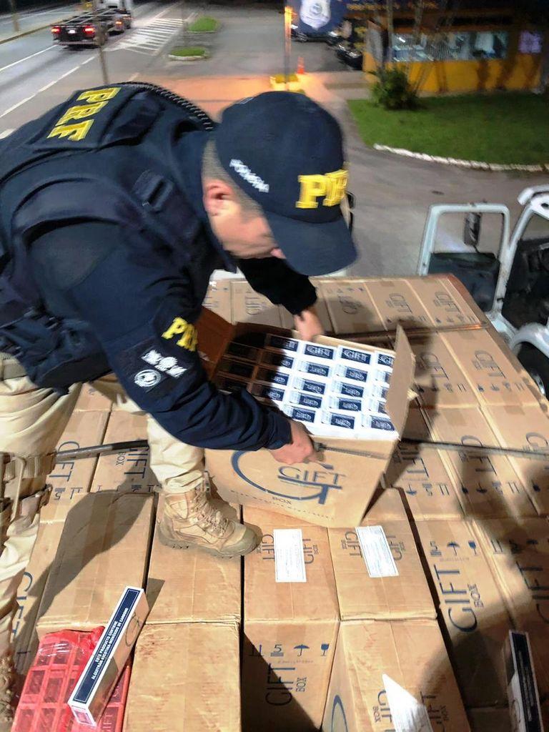 PRF realiza apreensão milionária de cigarros contrabandeados na BR 101