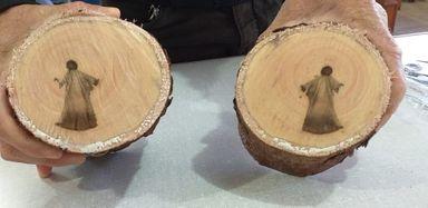 'Imagem de Jesus' aparece em tronco de árvore após poda e intriga operários em MS