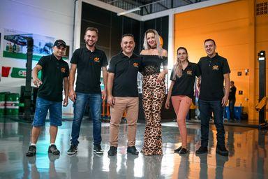 A equipe da GP Imports, comandada pelo Juliano e pela Carol. (Foto: Levi Garcia)