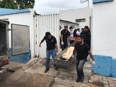 Pelo menos 10 corpos foram recolhidos após o confronto entre a polícia e os criminosos — Foto: Edson Freitas