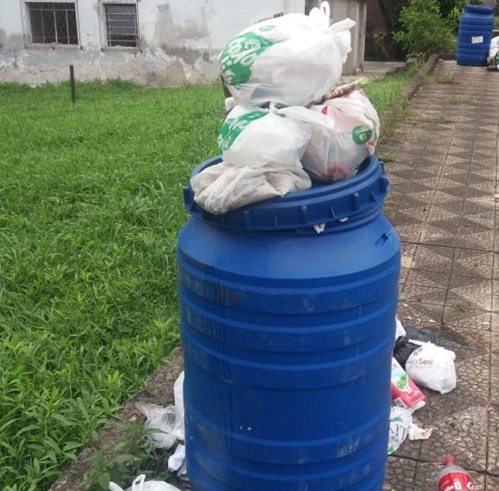 Lixo acumula ao lado do parque municipal por falta de coleta