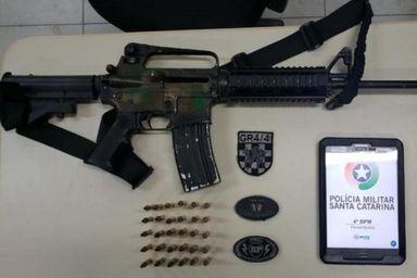 Arma tem fabricação americana e uso restrito. Foto: Divulgação / Brigada Militar