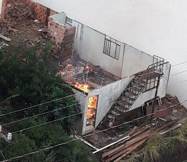 Fogo em entulhos de residência em ruínas é registrado em Joaçaba